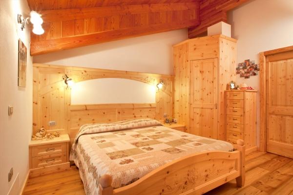 camera letto legno cirmolo intagliato
