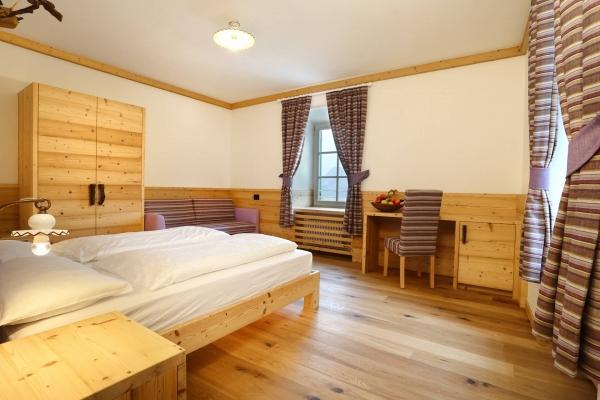 camera hotel legno vecchio design artigianale