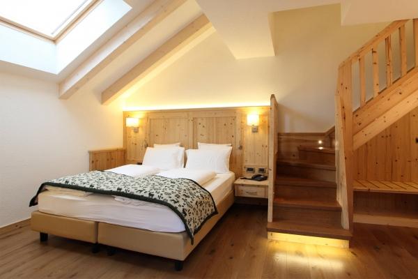 scale legno camera albergo