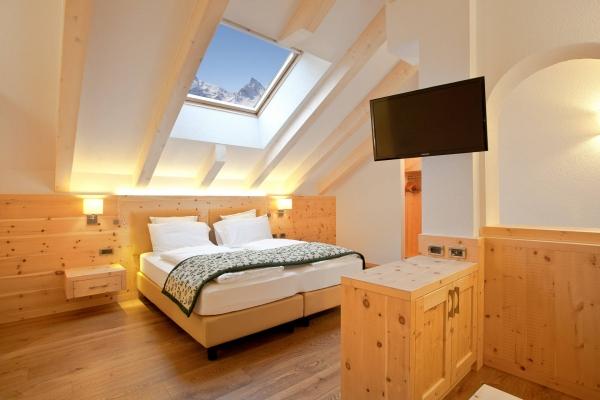 stanza albergo legno mansardata
