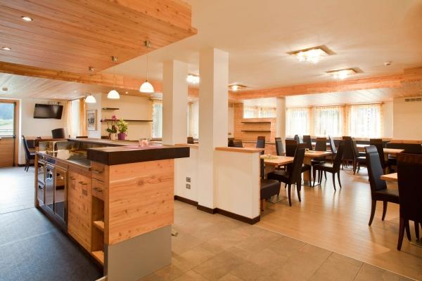 angolo-bar-legno-su-misura-sala-pranzo