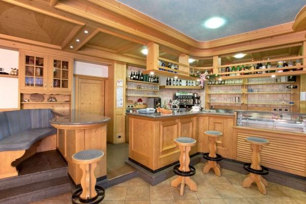bancone sgabelli legno fatti a mano angolo bar