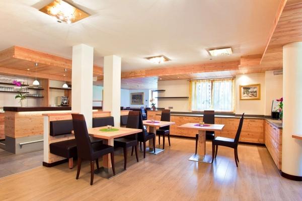 sala colazione hotel legno stile moderno