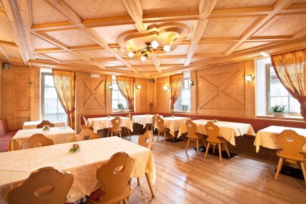 sala ristorante tavoli sedie legno naturale