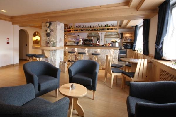 tavolino legno angolo bar hotel
